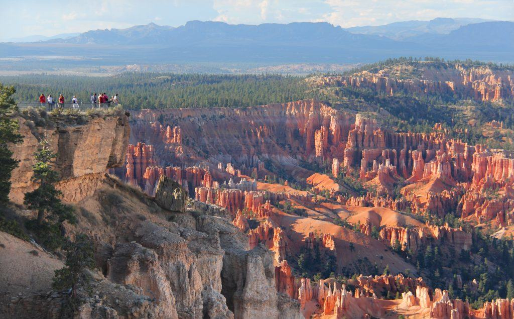 photo-2-people-gazing-over-bryce-canyons-rim