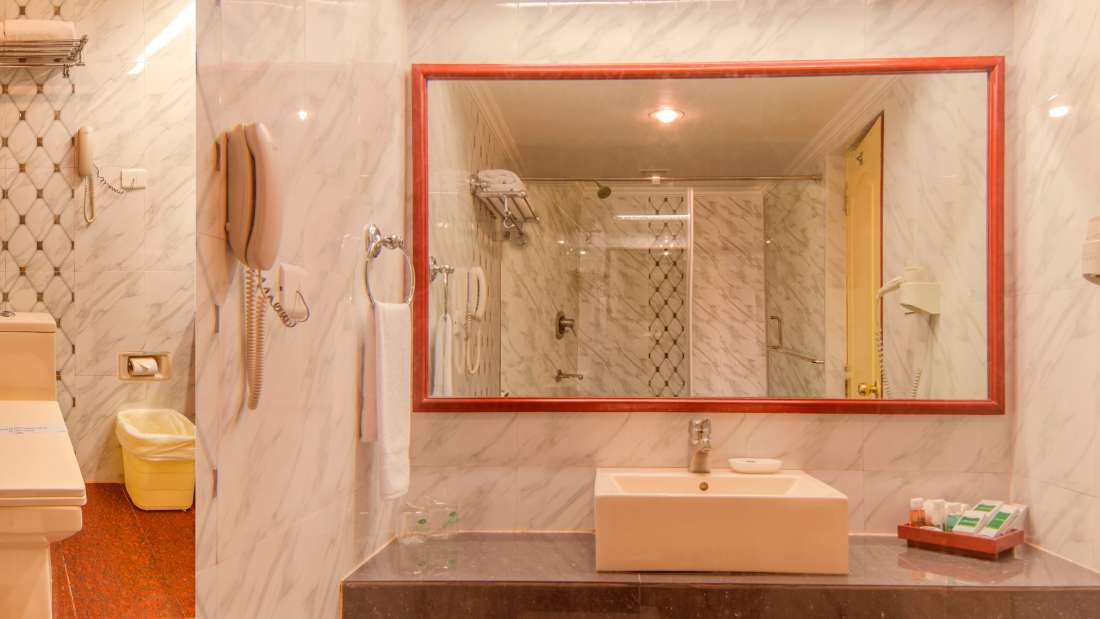 Hotel Annamalai International, Pondicherry Pondicherry King Suite Bathroom Hotel Annamalai International Pondicherry