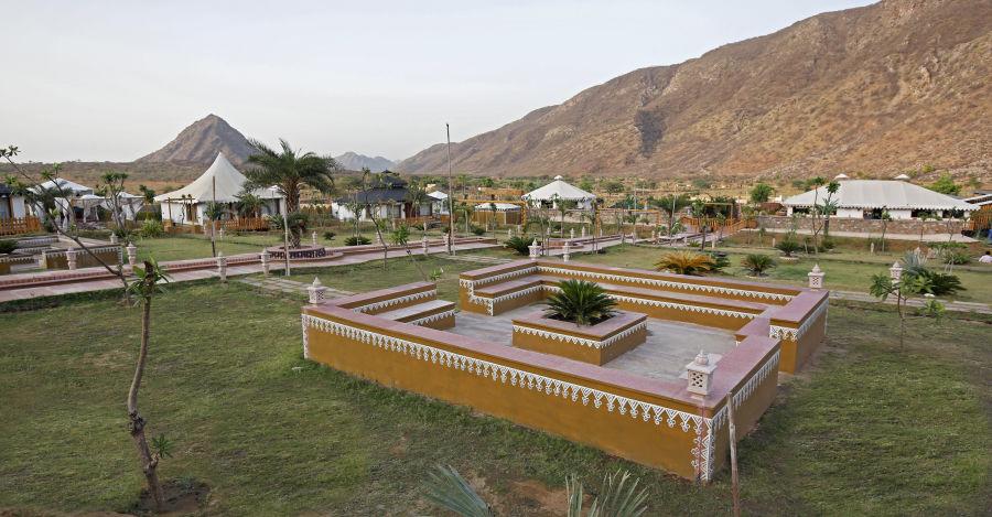 alt-text Lawn at Clarks Resort Pushkar