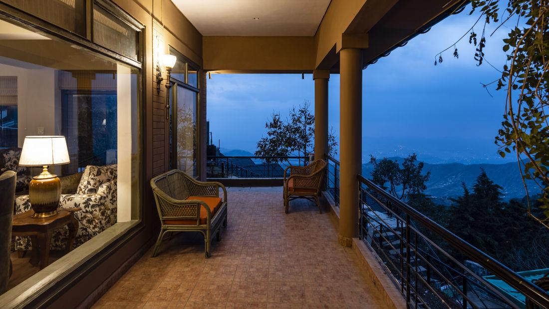 LARISA-Lounge Balcony