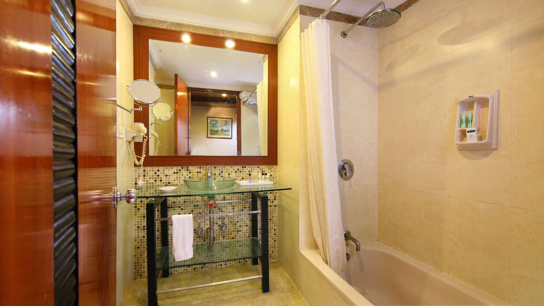 Bathroom with Bathtub Hotel Royal Court Madurai Best Hotel near Madurai Railway Station