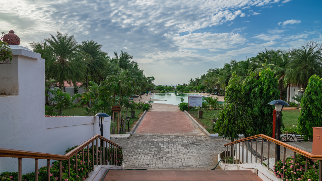 Swimming pool at Chariot Beach Resort in Mahabalipuram 4