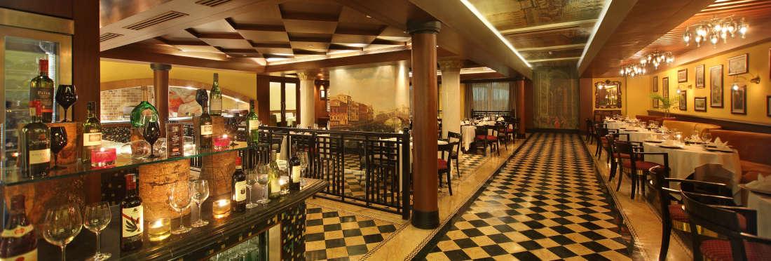 Mezzaluna Restaurant Bar Hotel Gokulam Grand Bangalore2