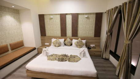Penthouse Room in Zara s Resort,luxury room in Lonavala 4