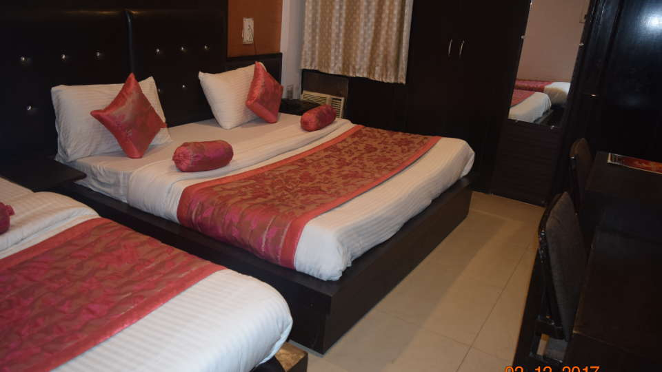 Deluxe 4 Bed A/C Room at Hotel Trishul - Budget Hotels, Har ki Pauri Hotels, Haridwar Hotels