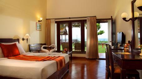 King bed in Abad Whispering Palms, Kumarakom Resorts