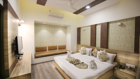 Penthouse Room in Zara s Resort,luxury room in Lonavala 1