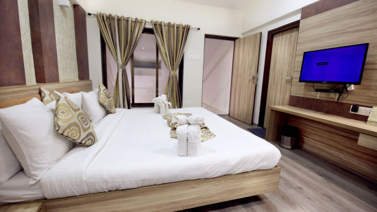 Penthouse Room in Zara s Resort,luxury room in Lonavala 3