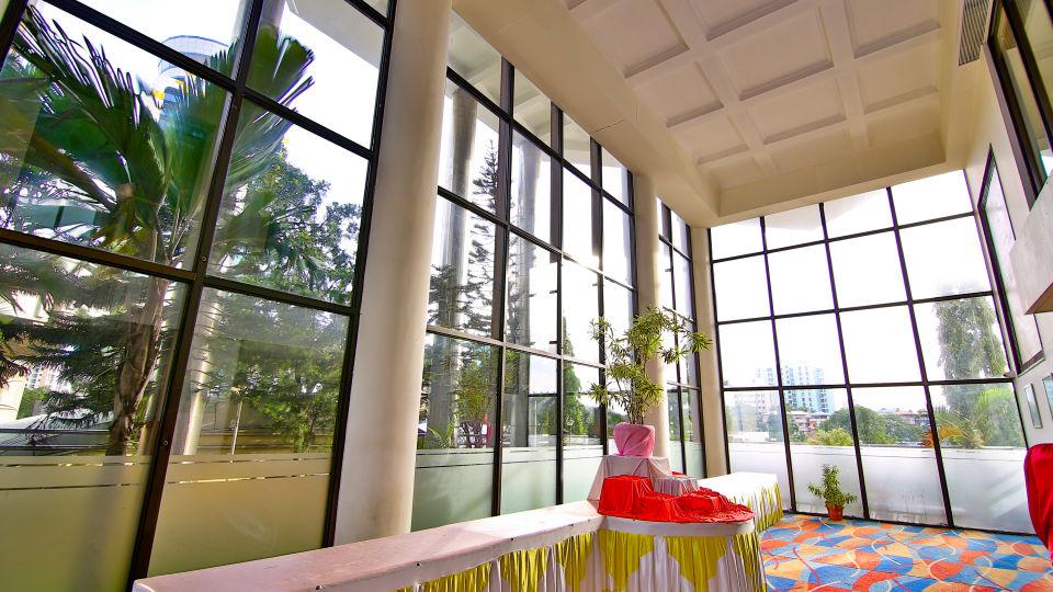 Lobby Reception The Gokulam Park Kochi 6
