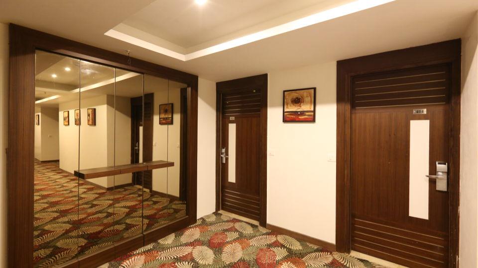 Corridor of Le ROI Delhi Hotel Paharganj