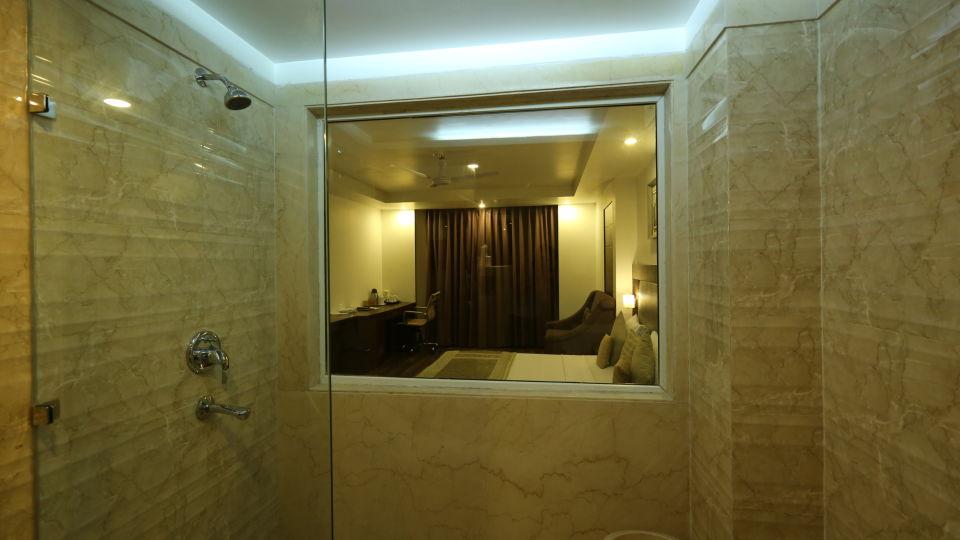 Premium Room Bath at Le Roi Delhi Hotel Paharganj