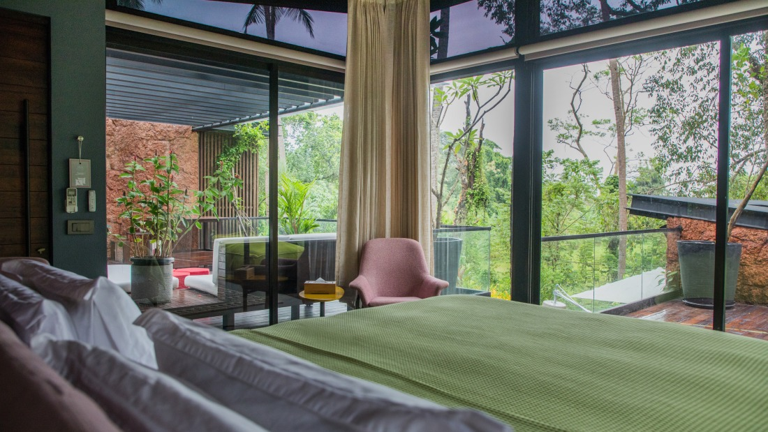 V Master - King Bed, Ensuite with 2 deck areas - Villa in Palms by V Escapes
