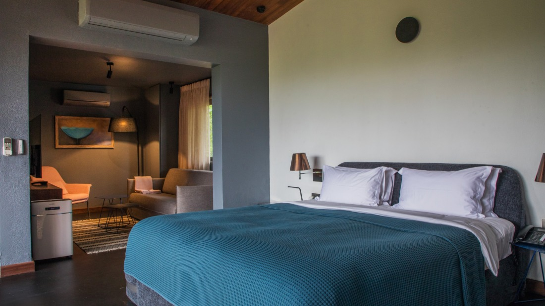 V Suite - King Bed, Sitting area, Ensuite with bathtub - Villa in Palms by V Escapes