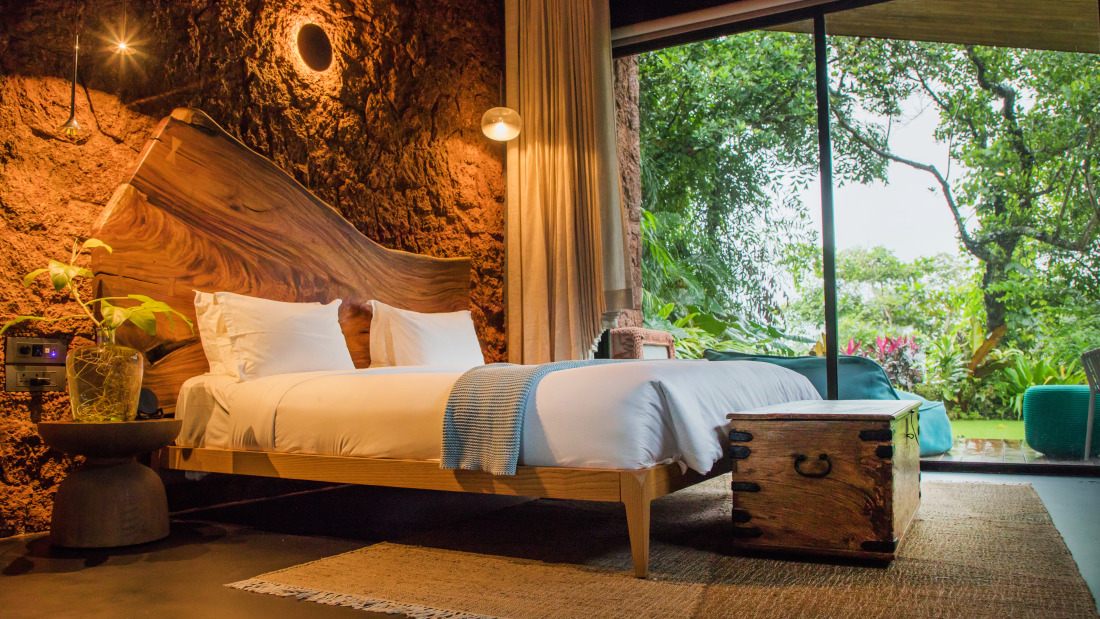 V Three - Queen Bed, Ensuite with outdoor shower - Villa in Palms by V Escapes