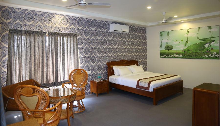 alt-text Theme Villa King Size Bed