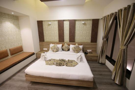 Penthouse Room in Zara s Resort,luxury room in Lonavala 4