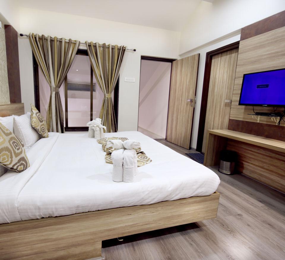 Penthouse Room in Zara s Resort,luxury room in Lonavala 3