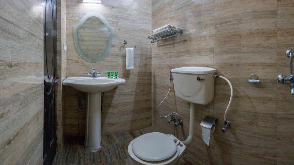 Hotel Himalaya, Nainital Nainital bathroom 1
