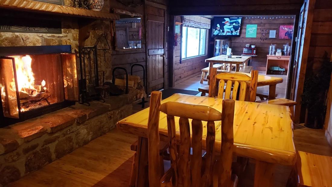 breakfast area fireplace01 nwjobd