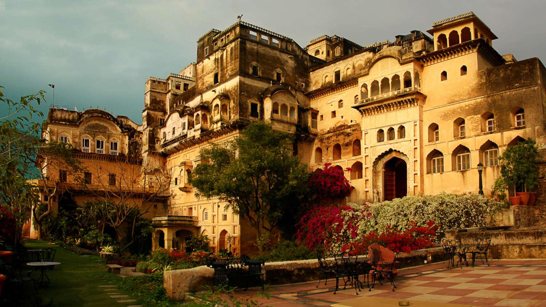 Neemrana fort palace resorts near delhi hotels in delhi for Hotel palace
