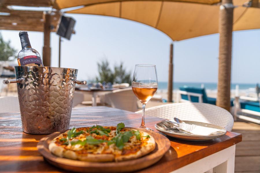 alt-text Restaurant in Morjim, Living Room Beach Resort 16