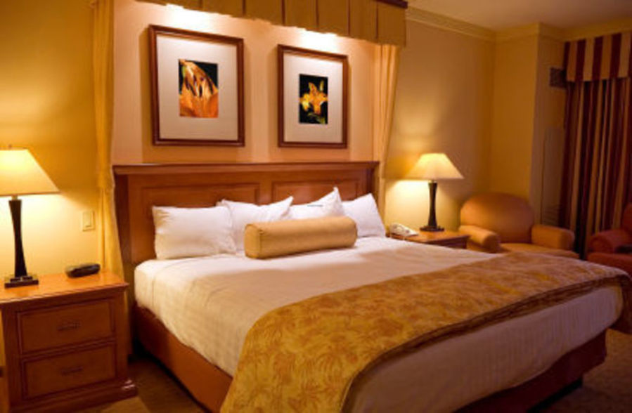 Bedroom-Simple-Romantic-Bedroom-Decor-For-Couples-Best
