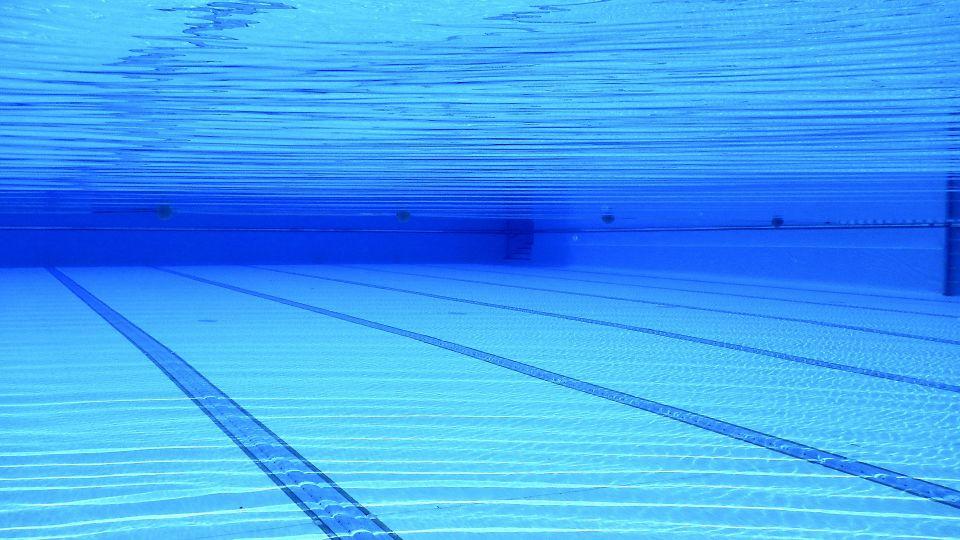 swimming-pool-504780 1920