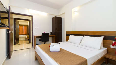 Deluxe Queen Room The Sanctum Suites in Whitefield 6