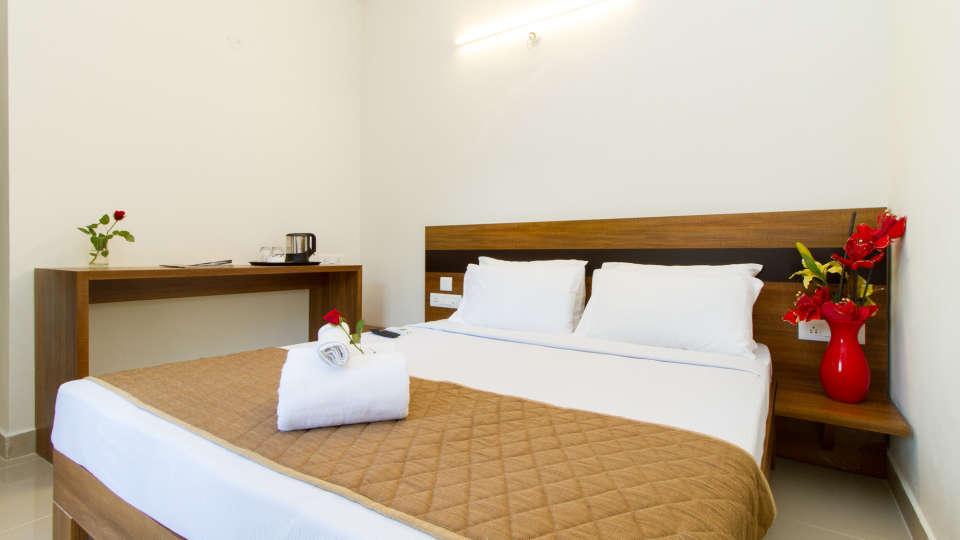 Deluxe Queen Room The Sanctum Suites in Whitefield 11