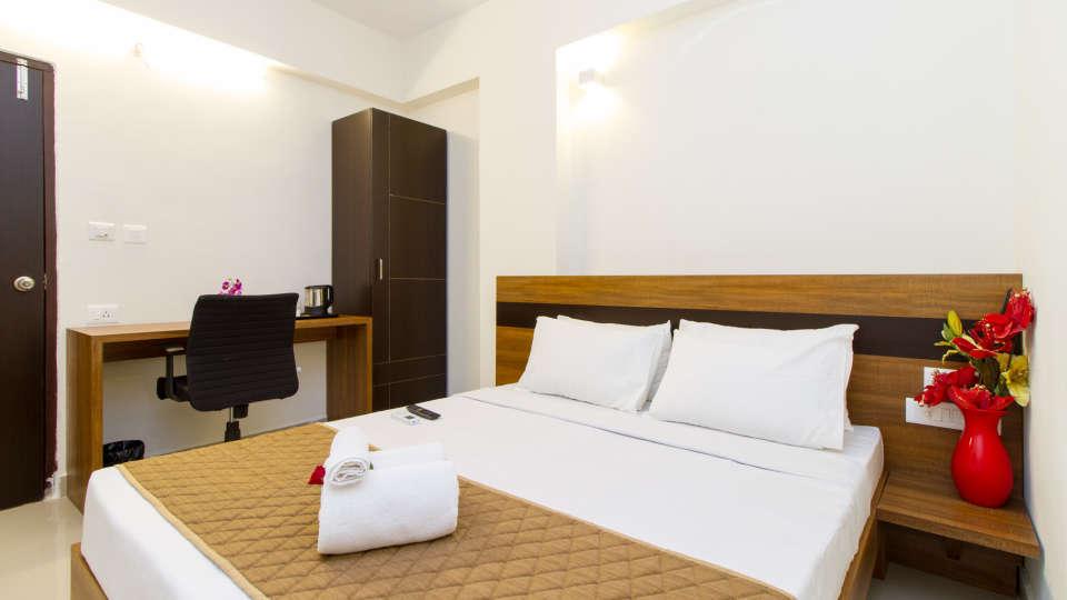 Deluxe Queen Room The Sanctum Suites in Whitefield 3