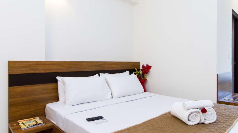 Deluxe Queen Room The Sanctum Suites in Whitefield 7