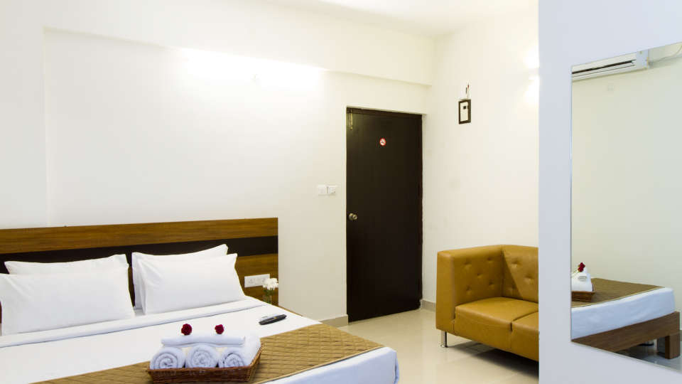Premium Queen Room with Kitchenette The Sanctum Suites in Whitefield 5