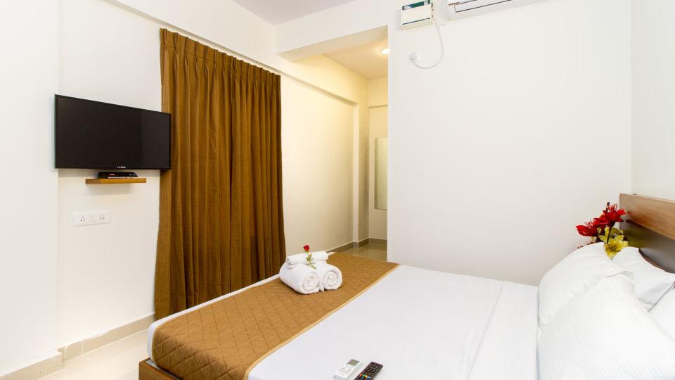 Deluxe Queen Room The Sanctum Suites in Whitefield 10