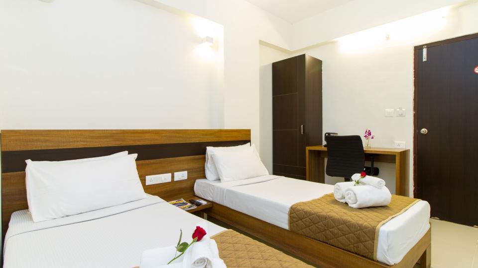 Deluxe Twin Room The Sanctum Suites in Whitefield 4
