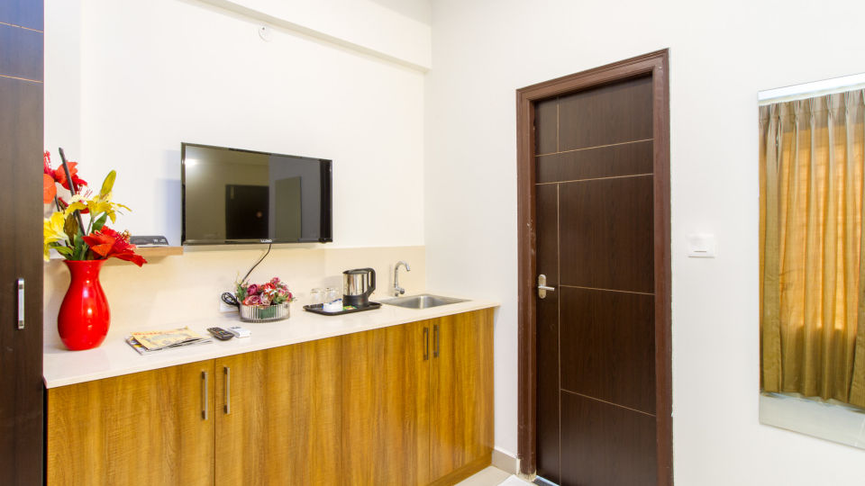 Premium Queen Room with Kitchenette The Sanctum Suites in Whitefield 8