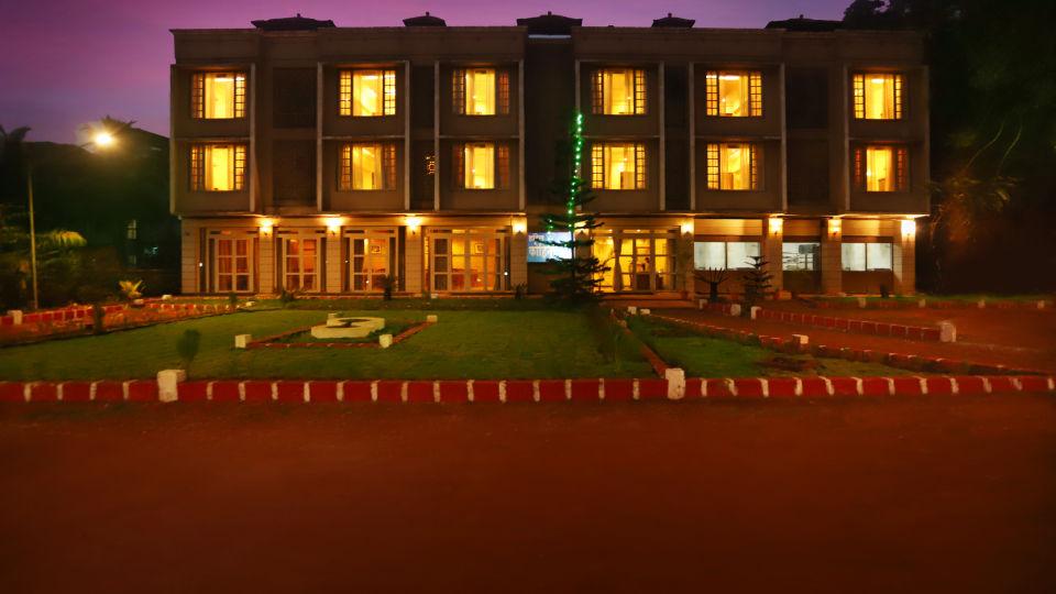 Hotel near Dapoli market
