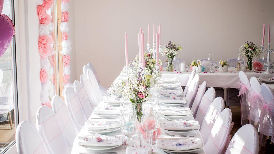 banquet-candlesticks-chairs-2504974