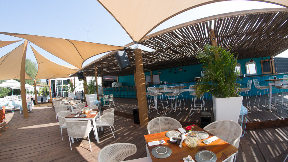 Restaurant in Morjim, Living Room Beach Resort 3