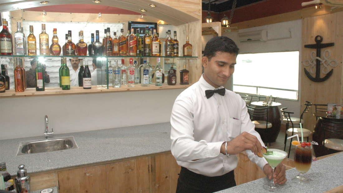 Bar in Kolkata, The Anchorage Bar in Floatel Kolkata, Hotel in Kolkata 3