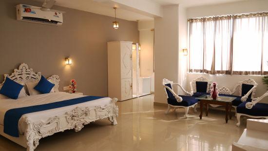 8 Royal Suite
