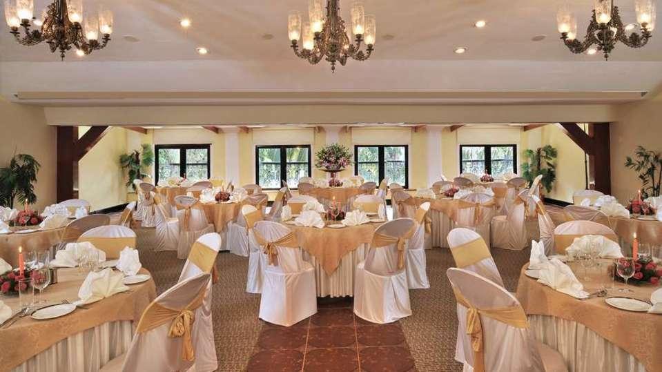 Round Table Phoenix Park Inn Resort Goa