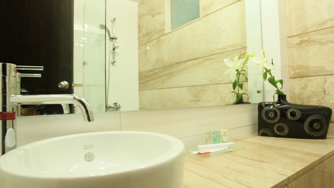 Emblem Hotel, New Friends Colony, New Delhi Delhi Executive Washroom 4 Emblem Hotel New Friends Colony New Delhi