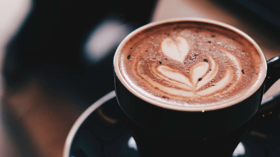 shallow-focus-photography-of-cafe-late-982612 1
