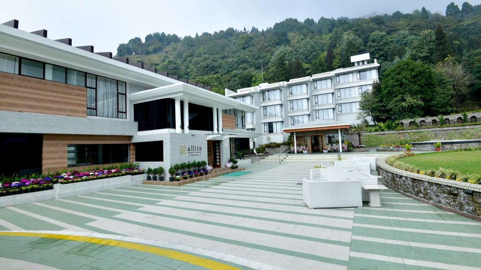 Front lawn at Rosa Allita Resorts Hotels Kurseong Hotel Near Darjeeling 1
