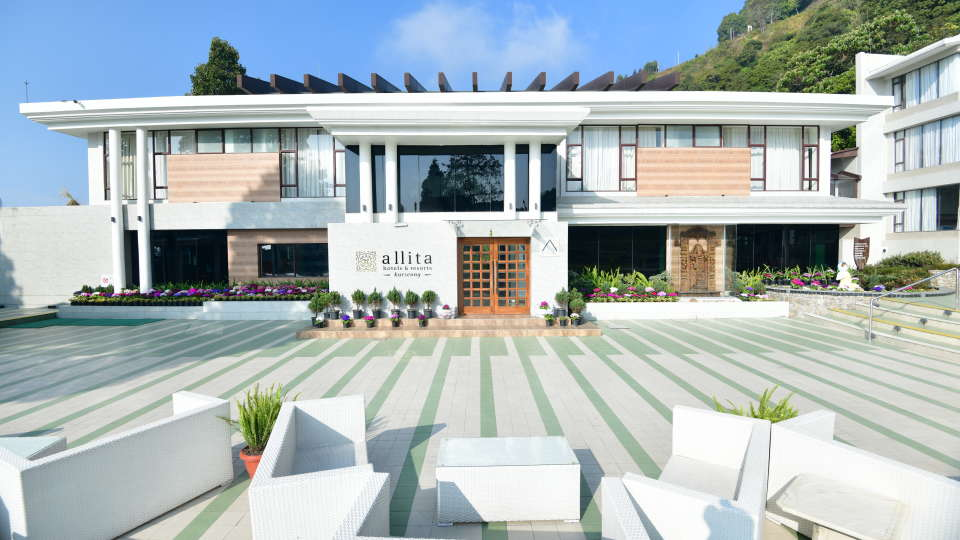 Front lawn at Rosa Allita Resorts Hotels Kurseong Hotel Near Darjeeling 8