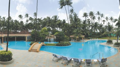 Swimming Pool at The Retreat Hotel and Convention Centre Madh Island, Mumbai makes it a great weekend getaway from Mumbai