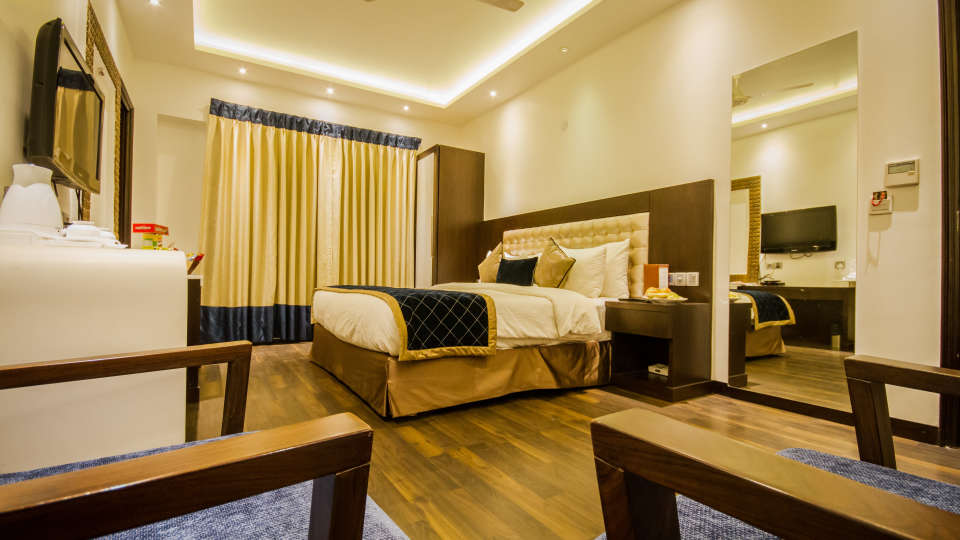 Executive Room Grand Godwin New Delhi 7