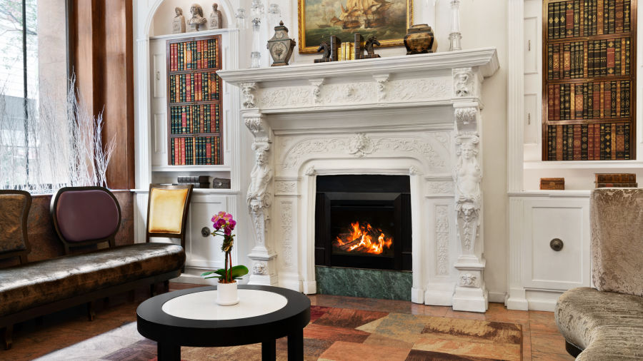 alt-text A lobby with a fireplace at Night Hotel Broadway