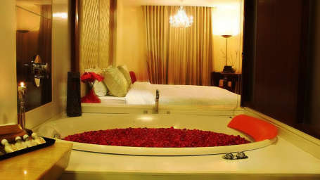 Suites in Paharganj, Aura Suite with Private Jaccuzi at Hotel Aura 1