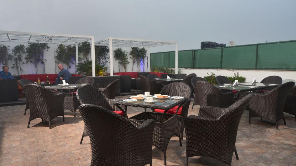 Restaurant Terrace Lounge Roof Top Breakfast at Le ROI Delhi Hotel Paharganj